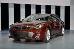 Новая 2013 Toyota Avalon Sedan вид спереди, решетка радиатора, передний бампер